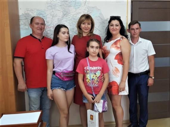 Депутат поздравила победительницу конкурса сочинений