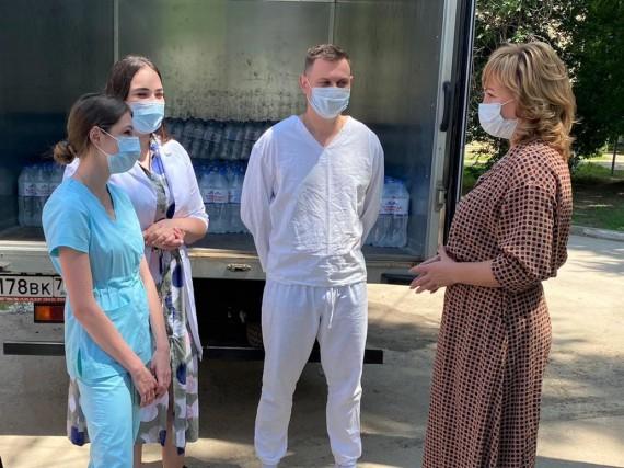 Лариса Тутова и волонтеры доставили медикам бутилированную питьевую воду